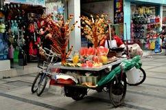 Pengzhou, Китай: Женщина продавая плодоовощи Стоковое фото RF