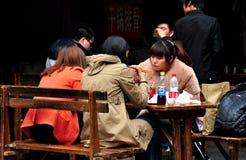 Pengzhou, Китай: Женщины есть обед Стоковые Изображения