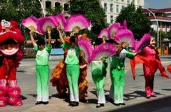 Pengzhou, Китай: Женщины танцуя с вентиляторами Стоковые Фотографии RF