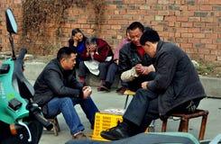 Pengzhou, Китай: Карточки людей играя Стоковое Изображение