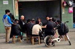 Pengzhou, Китай: Карточки людей играя Стоковое фото RF