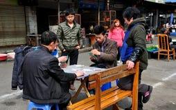 Pengzhou, Китай: Карточки людей играя Стоковые Фотографии RF