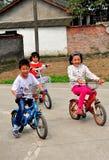 Pengzhou, Китай: 3 китайских дет ехать велосипеды Стоковая Фотография RF