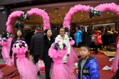 Pengzhou, Китай: Люди на отверстии магазина Стоковые Изображения RF