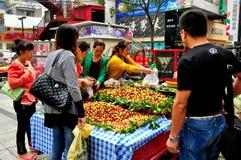 Pengzhou, Китай: Люди покупая свежие даты стоковые изображения rf