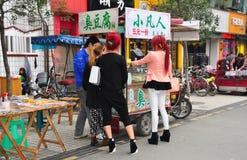 Pengzhou, Китай: 2 модных молодой женщины стоковые изображения rf
