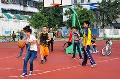 Pengzhou, Китай: Молодости играя баскетбол Стоковые Изображения RF