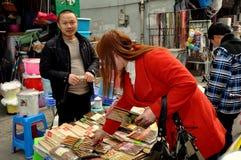 Pengzhou, Китай: Покупки женщины для палочек стоковые изображения