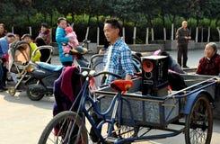 Pengzhou, Китай: Человек с коробкой заграждения Стоковые Изображения RF