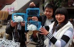 Pengzhou, China: Adolescencias que venden conejos enjaulados Fotografía de archivo