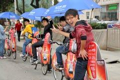 Pengzhou, China: Adolescentes en las bicicletas Fotos de archivo
