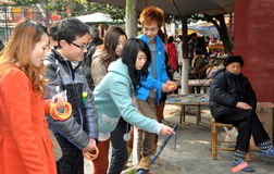 Pengzhou, China: Adolescentes no parque de diversões Fotos de Stock Royalty Free