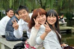 Pengzhou, China: Adolescentes sonrientes Imágenes de archivo libres de regalías