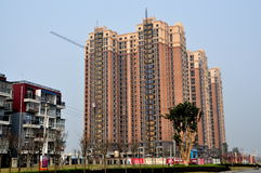 Pengzhou, China: Apartamentos do luxo do arranha-céus Fotos de Stock