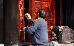 Pengzhou, China: Artisanaal Schilderend Houten Pagodecomité royalty-vrije stock foto