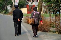 Pengzhou, China: Bejaard Paar die naar huis lopen stock fotografie
