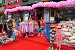 Pengzhou, China: Bekleidungsgeschäft-festliche Eröffnung stockfoto