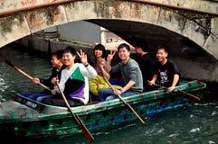 Pengzhou, China: Canotaje de las adolescencias en parque Fotos de archivo libres de regalías