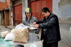 Pengzhou, China: Caramelo de compra del hombre Imagen de archivo libre de regalías
