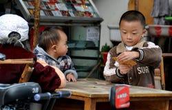 Pengzhou, China: Cartões de jogo do menino Fotos de Stock Royalty Free