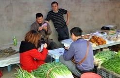 Pengzhou, China: Cartões de jogo dos trabalhadores no mercado Foto de Stock Royalty Free