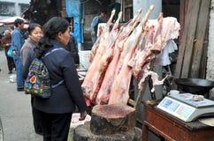 Pengzhou, China: Compra o cordeiro fresco Fotografia de Stock Royalty Free