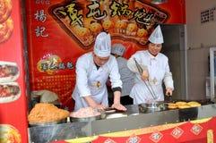 Pengzhou, China: Cozinheiros chefe no trabalho Imagem de Stock