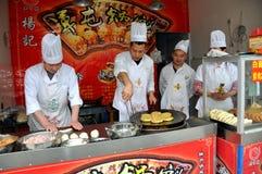 Pengzhou, China: Cozinheiros chefe que cozinham pastelarias Foto de Stock