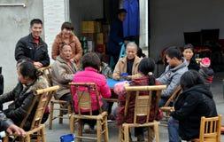 Pengzhou, China: De Speelkaarten van de Families van het landbouwbedrijf stock afbeeldingen