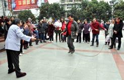 Pengzhou, China: De Touwtjespringen van de vrouw Stock Fotografie