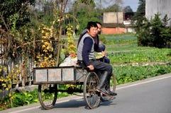 Pengzhou, China: Dois homens no carro da bicicleta Fotos de Stock Royalty Free