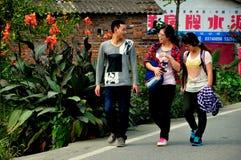 Pengzhou, China: Drie Tienerjaren die op Weg lopen Stock Foto's
