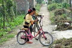 Pengzhou, China: Duas crianças com bicicletas Foto de Stock