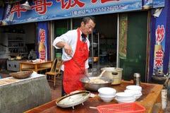 Pengzhou, China: El cocinar del cocinero al aire libre Fotografía de archivo