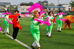 Pengzhou, China: Execução dos dançarinos das mulheres Fotografia de Stock