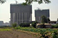 Pengzhou, China: Exploração agrícola & Bldgs novos do apartamento. Fotos de Stock