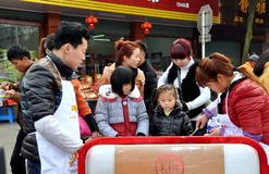 Pengzhou, China: Famílias que compram o alimento da rua imagem de stock royalty free