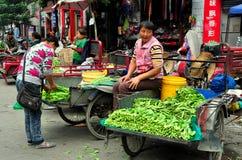 Pengzhou, China: Fazendeiros em Tian Fu Marketplace foto de stock