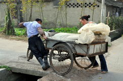 Pengzhou, China: Fazendeiros que empurram o carro Imagem de Stock
