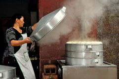 Pengzhou, China: Frau mit gedämpften Bottichen von Bao Zi Dumplings Lizenzfreies Stockfoto