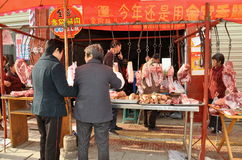 Pengzhou, China: Frauen, die Fleisch vom Metzger kaufen Lizenzfreies Stockbild
