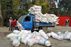 Pengzhou, China: Frauen-Laden-LKW Stockbilder
