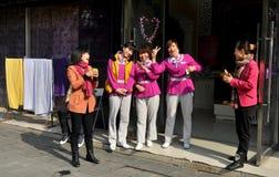 Pengzhou, China: Freundliche Badekurort-Arbeitskräfte Stockbild
