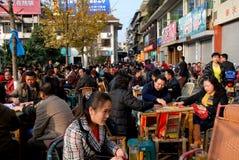 Pengzhou, China: Gedrängtes im Freientee-Haus Stockfotografie