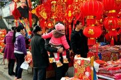 Pengzhou, China: Gente que hace compras para las decoraciones Imagenes de archivo