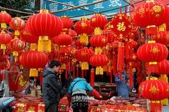 Pengzhou, China: Gente que hace compras para las decoraciones Imagen de archivo libre de regalías