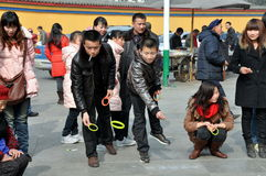 Pengzhou, China: Gente que juega sacudida del anillo Foto de archivo libre de regalías