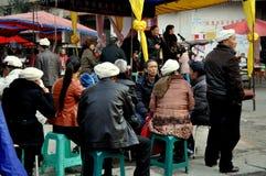 Pengzhou, China: Gruppe von Personen bei der Trauer lizenzfreie stockbilder