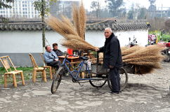 Pengzhou, China: Hombre que vende las escobas Foto de archivo libre de regalías