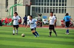Pengzhou, China: Homens que jogam o futebol Fotos de Stock Royalty Free
